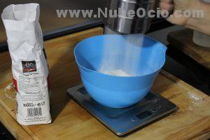Añadiendo harina a la masa de Pizza