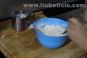 Mezclando el agua en la masa de pizza