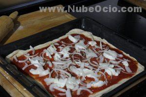 Echando cebolla a la pizza