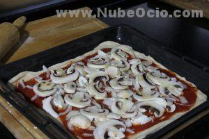 Echando aceite a la pizza