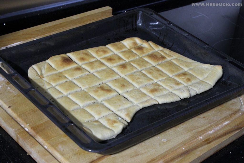 Regañás, cuadrados de pan tostados en horno