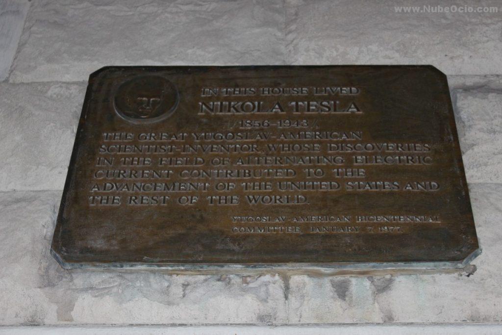 Placa a Nikola Tesla en el Radio Wave Building de Nueva York, antiguo Hotel Gerlach