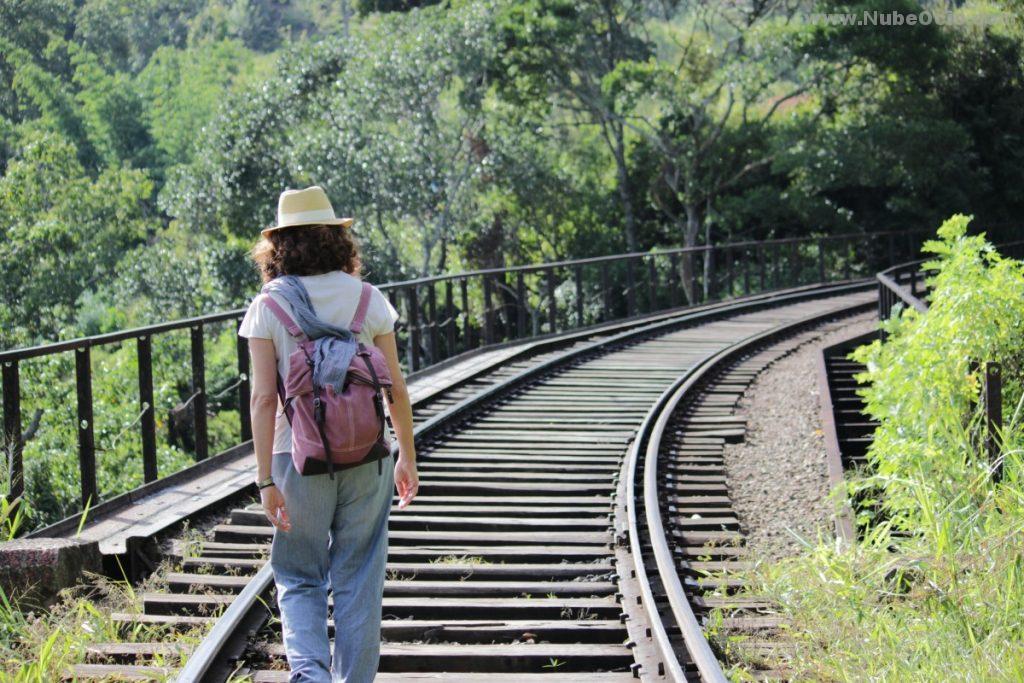 Puente en la vía de tren en Ella